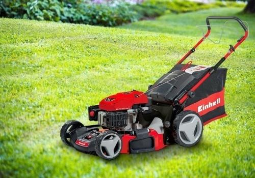 Tondeuse Einhell rouge installée sur une pelouse